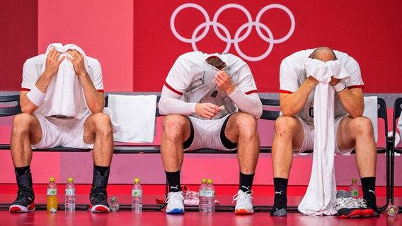 Die deutschen Handball-Spieler sind enttäuscht. © picture alliance / SVEN SIMON   Franz Waelischmiller