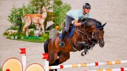 Der deutsche Springreiter Maurice Tebbel mit dem Pferd Don Diarado