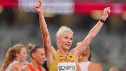 Die deutsche Siebenkämpferin Carolin Schäfer jubelt.