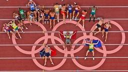 Die Athleten des Zehnkampfs posieren für ein Gruppen-Foto an den Olympischen Ringen.