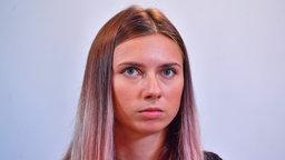 Die Belarussin Kristina Timanowskaja bei einer Pressekonferenz in Warschau/Polen.