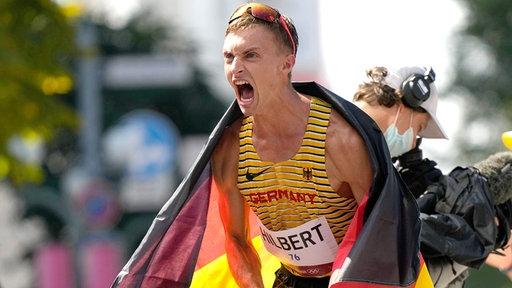 Jonathan Hilbert aus Deutschland feiert seinen zweiten Platz im 50km Gehen mit einem Schrei