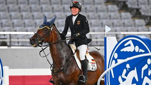 Die Moderne Fünfkämpferin Annika Schleu mit dem Pferd Saint Boy in Aktion.
