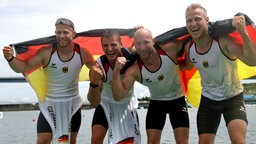 Der Kajak-Vierer aus Deutschland jubelt über den ersten Platz im Finale.