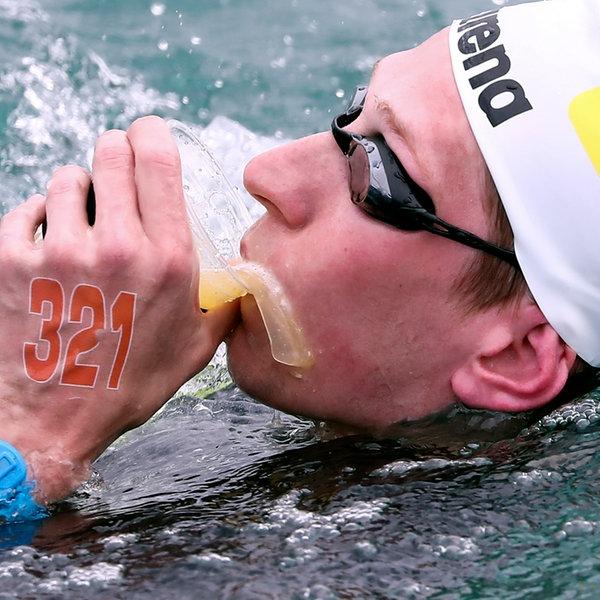 Freiwasserschwimmer Florian Wellbrock nimmt während eines Rennens Verpflegung auf. | picture alliance