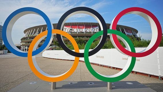 Eine Installation der olympischen Ringe vor dem Stadion in Tokio © picture alliance/dpa Foto: Michael Kappeler