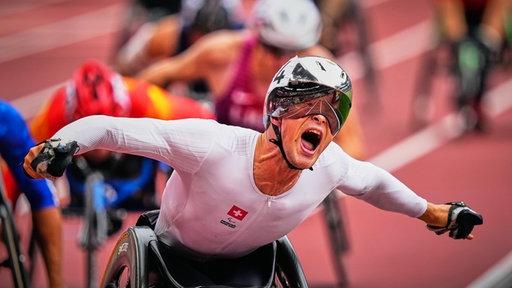 Der schweizerische Rennrollstuhlfahrer Marcel Hug gewinnt das Finale über 1500 Meter.
