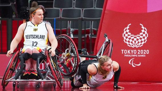 Die deutschen Rollstuhlbasketballerinnen Mareike Miller (r.) und Annabel Breuer © dpa-Bildfunk Foto: Marcus Brandt/dp
