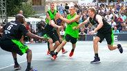 Basketballer bei einer Partie in der 3x3-Variante © imago images / Xinhua