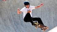 Ein Skateboarder zeigt einen Trick. © imago images / Action Plus