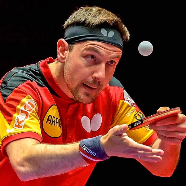 Tischtennisspieler Timo Boll konzentriert sich beim Aufschlag auf den Ball.   IMAGO / Revierfoto