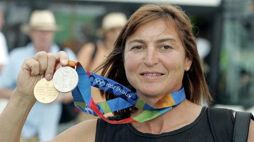 Kanutin Birgit Fischer zeigt ihre Olympia-Medaillen aus Athen.