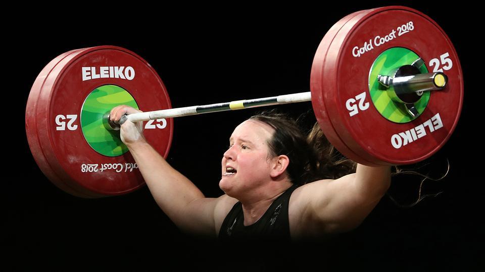 Laurel Hubbard stemmt ein Gewicht in die Höhe. | picture alliance/dpa/AP | Mark Schiefelbein