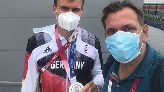NDR Reporter Jan Didjurgeit und Ruderer Hannes Ocik mit Silbermedaille in Tokio. © NDR Foto: Jan Didjurgeit
